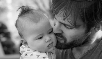 Заставка к записи - «Папа моет пол — это нормально» Фотоистория о российских молодых отцах нового образца